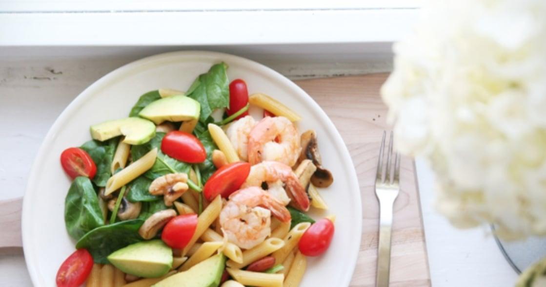 下廚不用太聰明!優雅傻食譜:蝦仁酪梨溫沙拉義大利麵