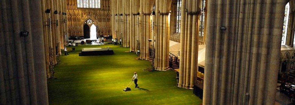 大片草地進駐的英國約克大教堂