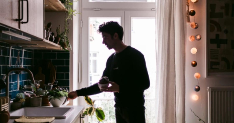 植栽、老物件、深色牆面!Igor Josifovic 讓心靈呼吸的空間佈置