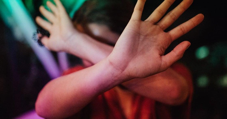 慣性逃避衝突?5 種童年情感忽視,影響你的親密關係