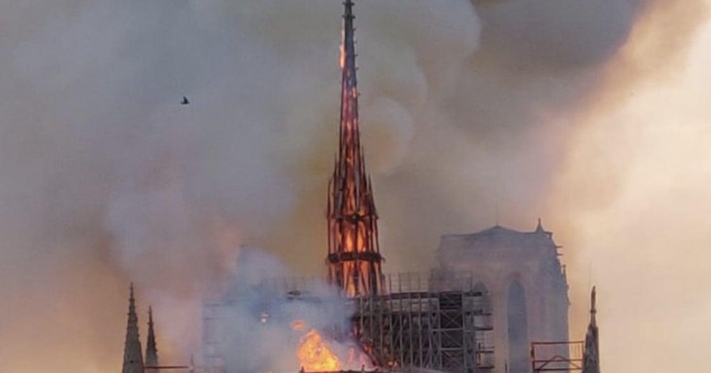 巴黎聖母院大火,群眾在外頌唱聖母頌