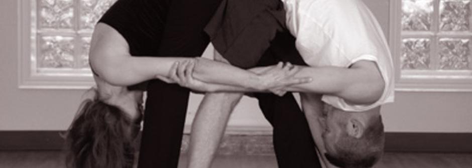 瞬間變親密:增進兩人感情的雙人瑜珈