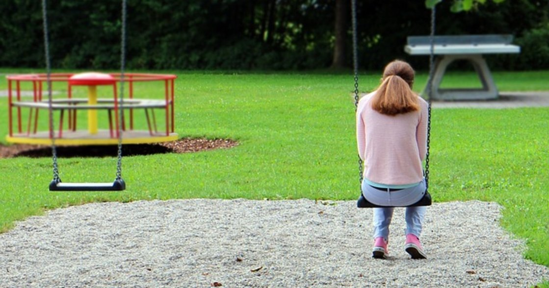 「我不是你的附屬品」控制型父母下,急著想「長大」的孩子