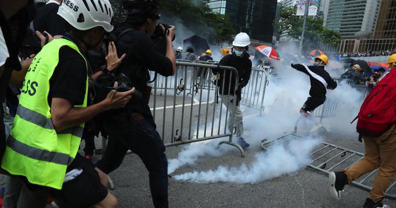 反送中!香港金鐘攻防攝影集:雨傘口罩,對抗橡膠催淚彈