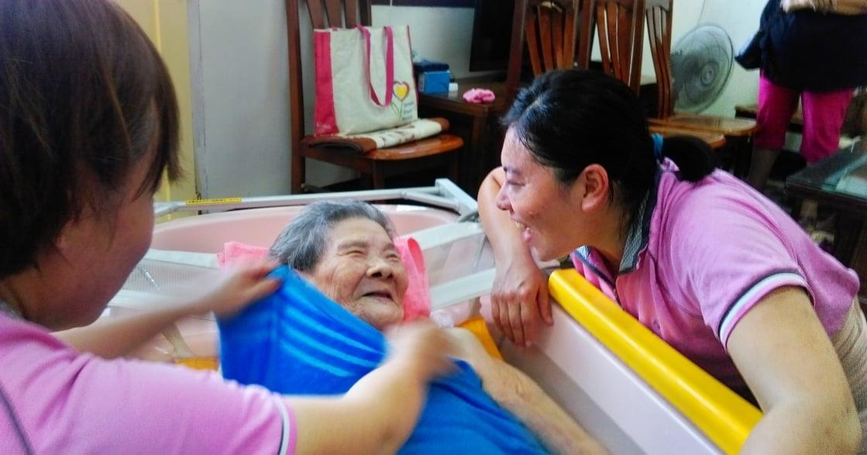 專訪到宅沐浴車護理師黃怡華:臥床十年,洗澡成為難以實現的基本生理需求