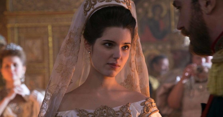 蜜卡莉娜出演《絕世名伶》,重現十九世紀俄國宮廷鬥爭