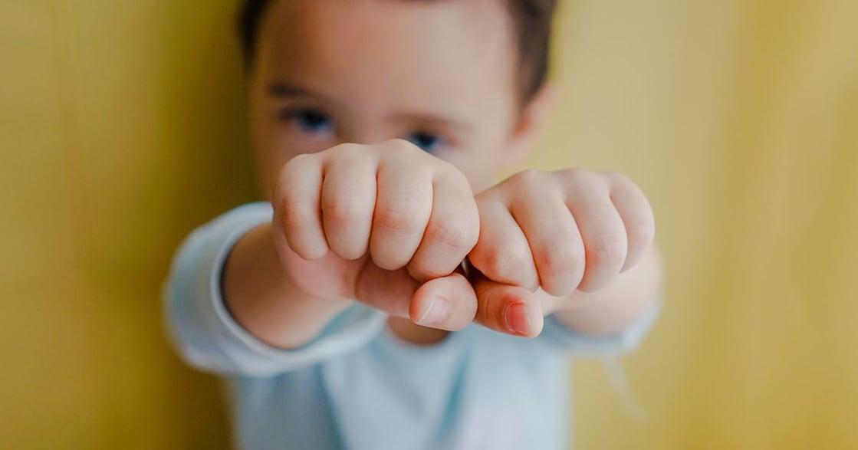 如何制止孩子一生氣就打人?