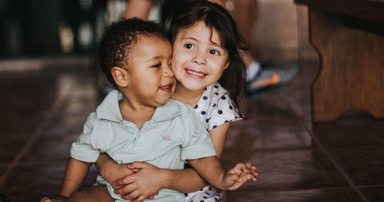 「你是姊姊,應該要讓妹妹」別再做偏心父母,四個方法讓手足更親近