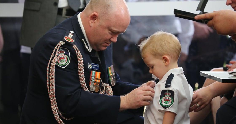 「爸爸,我會愛你直到天荒地老」因澳洲大火殉職的消防員,孩子代替父親接受勳章