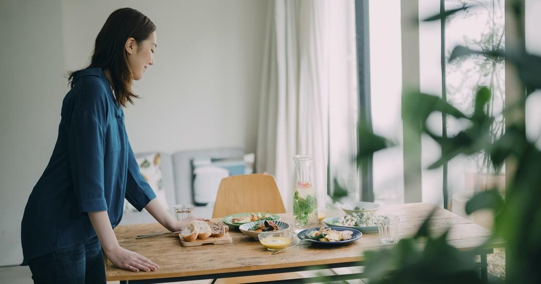 異鄉生活:賣不掉的二手餐桌,被我拿來送給其他家庭