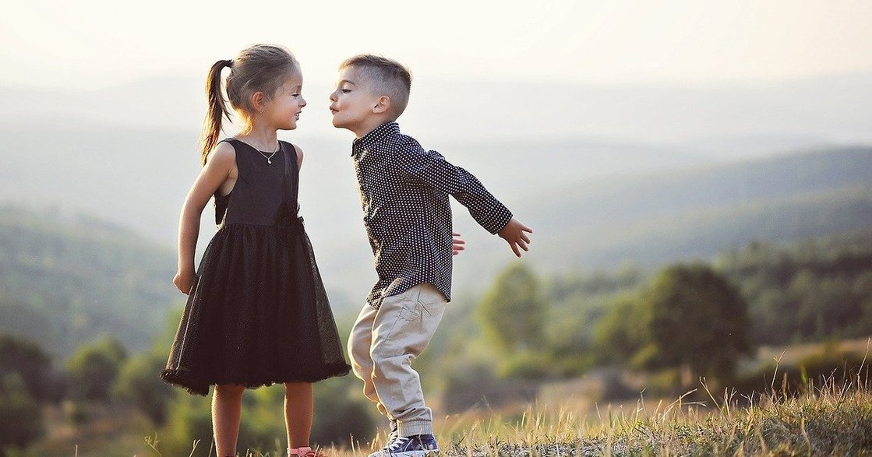 行為心理學:從肢體語言,看出一個人是否對你「打開心房」