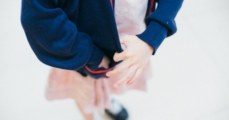 比鬼故事更可怕的事:為什麼女孩總要在制服裡,穿上一件小背心?