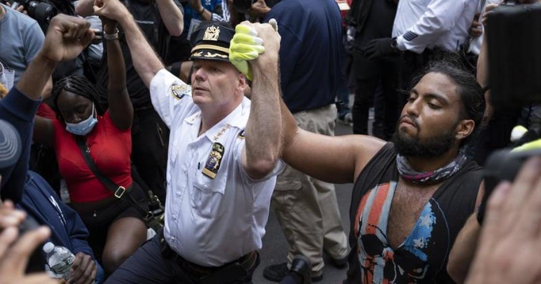 「白人、警察、女人都加入我們」美國暴動中,不分性別種族合作攝影集