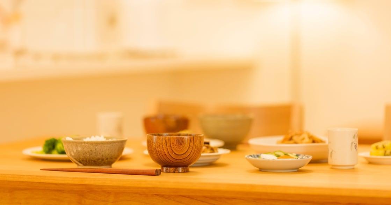 為什麼同桌吃飯卻只滑手機?「寂靜餐桌」背後的秘密
