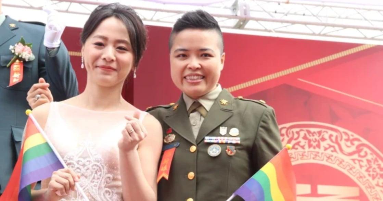 陸軍打破傳統!陸軍聯合婚禮,首度出現兩對同婚新人,開心揮舞彩虹旗