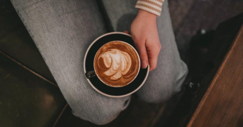 心理測驗|6 種拿杯子習慣,揭露別人眼中的你。你有不握杯耳的朋友嗎?