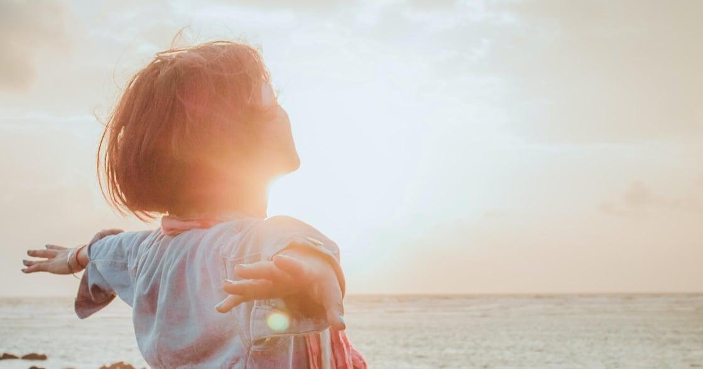 回到當下的練習:試著傾聽身體,每天花一點時間擁抱自己