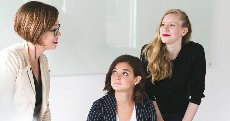 「同事都在討好主管,我也需要嗎?」職場心理學:若非真誠地讚美,請保持安靜