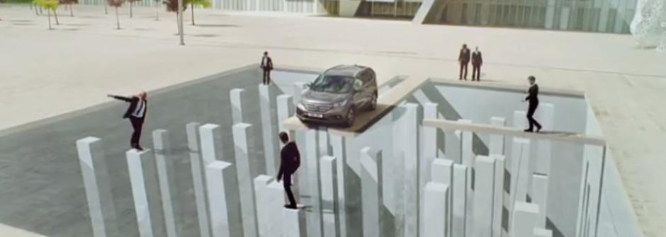 誰說不可能?Honda 開進建築物搞破壞!