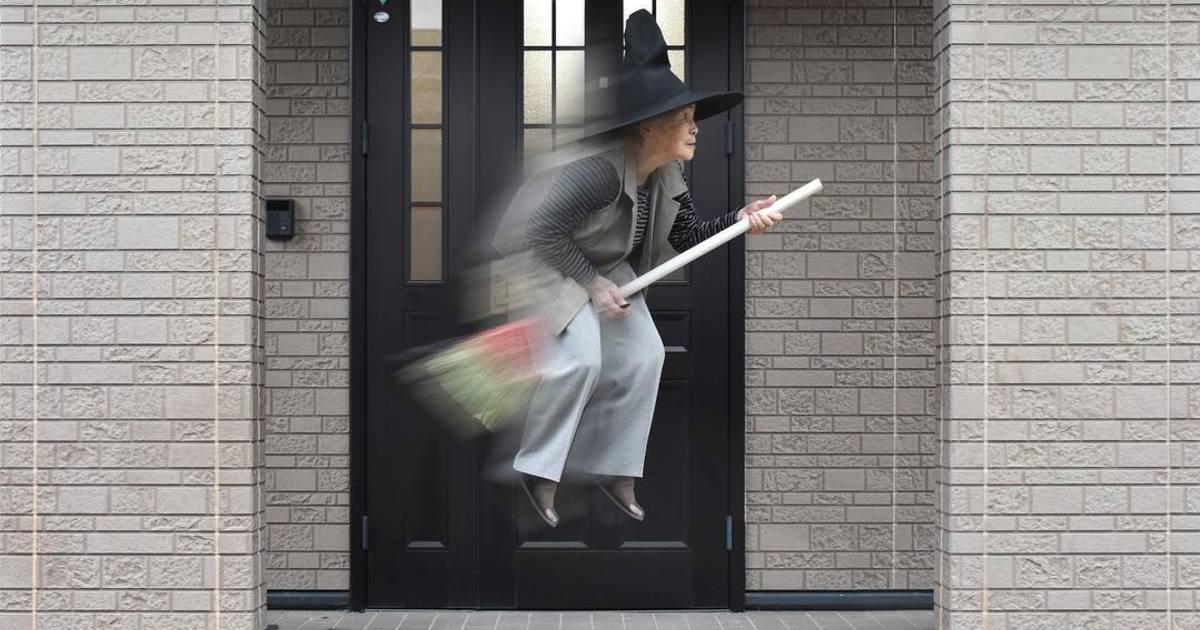假扮被車撞、騎掃帚飛天,90 歲日本阿嬤的趣味攝影人生