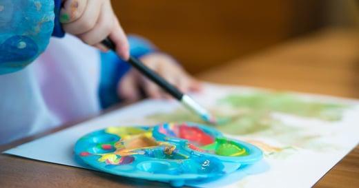 一位父親,把家給自閉兒當作畫布:「他們不是融不進世界,而是自成星球」