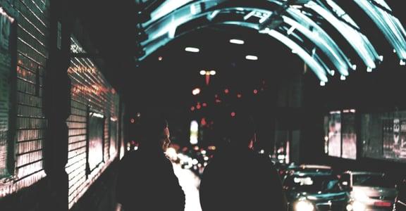 【劉同專文】做一個願意在黑暗裡,找光的人