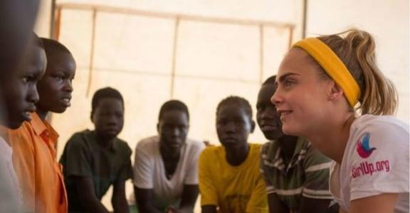 Cara Delevingne 在烏干達:女孩,值得更好的教育