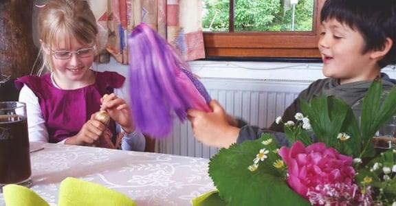 在德國,男孩與女孩一起玩芭比