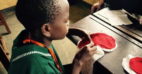 在東非,女孩們因為負擔不起衛生棉而輟學