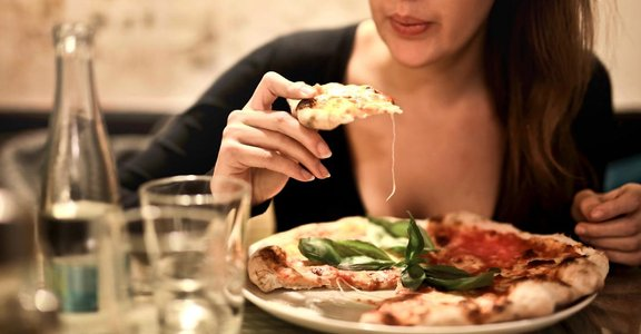 晚餐太晚吃,總是吃太飽,可能是你老是胃痛的原因