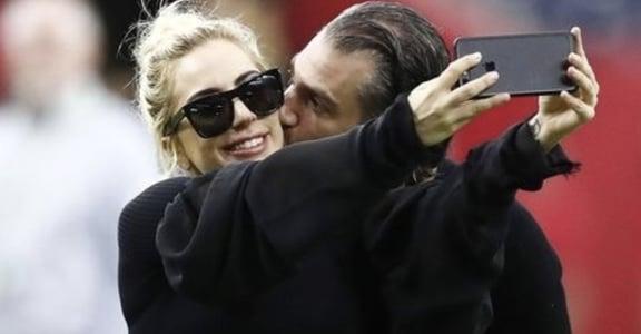 Lady Gaga 與 49 歲經紀人男友霸氣訂婚:這是我未婚夫