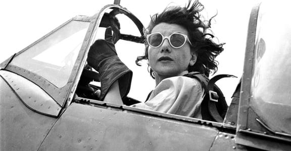 第一位女刺青師、飛行員!五張照片告訴你 20 世紀女性穿著