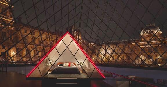 跟我到羅浮宮住一晚!與蒙娜麗莎對飲,躺在玻璃金字塔數星星