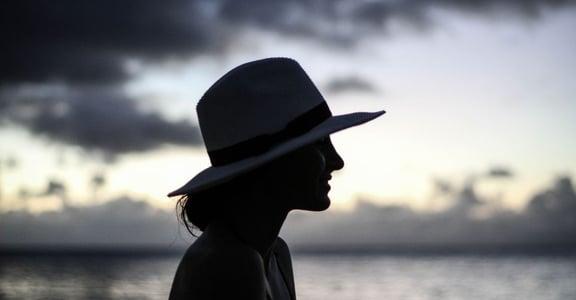 你在人前笑,但內心正破碎:為什麼總是會感覺快樂不起來?
