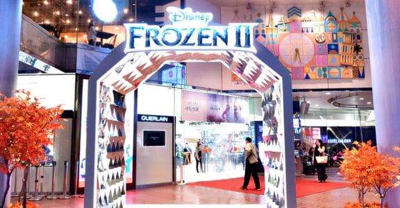 全台 SOGO 百貨限定「冰紛聖誕」造景,還原《冰雪奇緣 2》五大經典場景