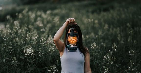 催眠故事|為何不管做什麼,都有被排擠的孤獨感?
