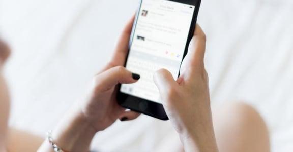「總是忍不住想看對方手機」情侶之間,該保有多少隱私才合理?