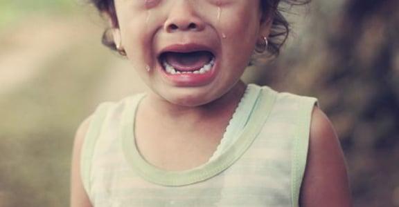 哭鬧、擺臭臉,就是不說怎麼了:慣性情緒勒索,能從童年開始改變