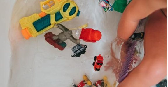 「一聽到要洗澡,就想要逃跑」治療師三方法,讓孩子愛乾淨