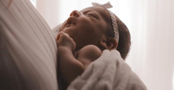 「緊緊包覆,像在母親的子宮」安撫寶寶的有效擁抱法