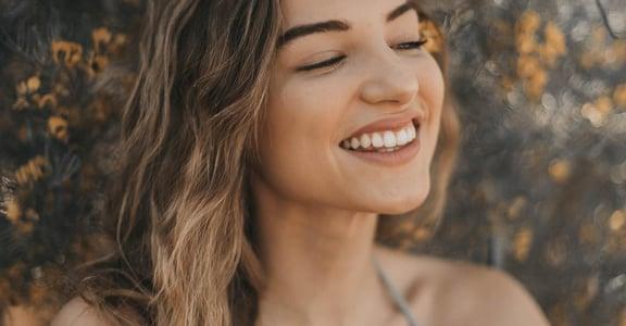 為何巴黎女人「照三餐喝咖啡」還有一口白牙?專家:把牙齒美白當成美容保養的一環