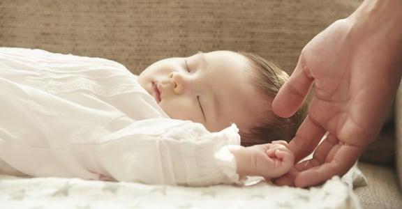 「晚上難哄睡」爸媽最害怕的四個月睡眠倒退怎麼辦?