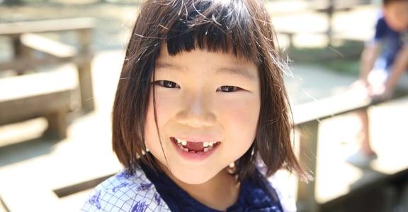 「掉門牙被笑又沒什麼?」小事上支持孩子,他能累積力量面對大事