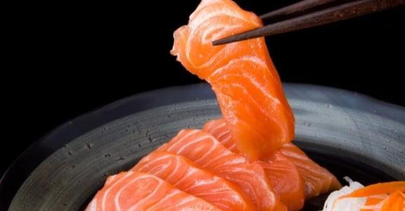 生魚片都暗藏寄生蟲?研究證實鮭魚靠「養殖技術」就能斷絕感染風險