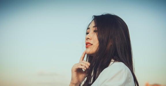 明明愛你,開口卻是「我不在乎」?關係心理學:為什麼人總是在戀愛中口是心非?