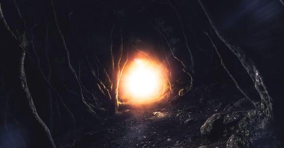 「諮詢師也有恐懼,所以才能陪你前行」4 個轉念練習:黑暗中,陪伴即是力量