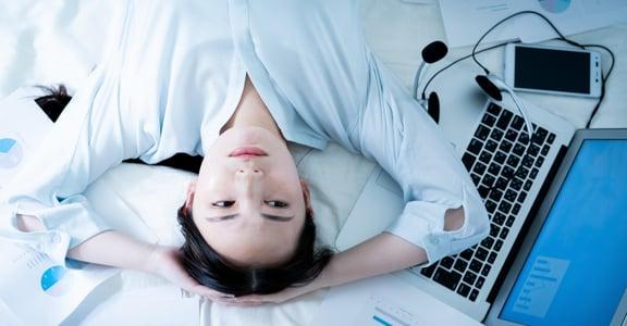 每天忙到失去自己嗎?你只是用「工作狂心態」逃避了內心的痛苦與孤獨