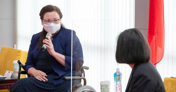 代表美國宣布疫苗捷報的參議員,她是誰?譚美・達克沃絲:我們應該像個女人一樣戰鬥