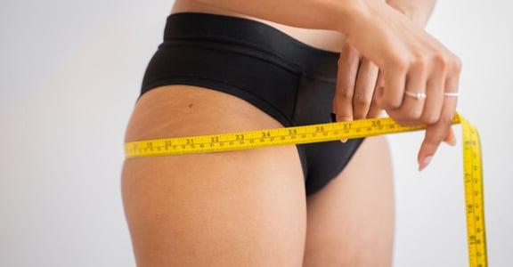 大腿兩側凸凸的,需要的不是減重?5 組在家拉伸運動:改善你的「假胯寬」