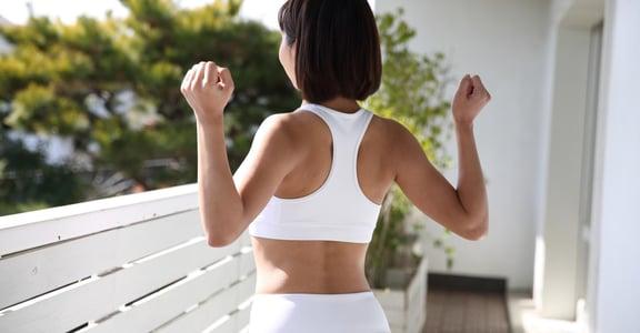 想要練成美背線條嗎?6 組 5 分鐘靜態瑜珈推薦:拿起手機,馬上開練!